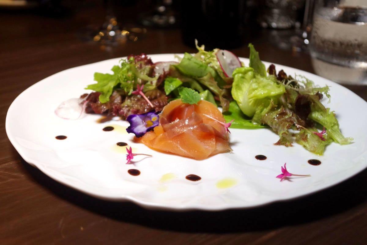 3煙燻鮭魚陽光蔬菜沙拉襯果香檸檬油醋.jpg