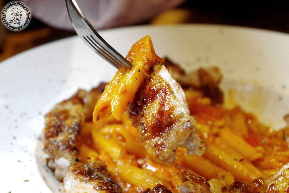 3鮮嫩雞腿肉醬義大利麵(換筆管麵)2.jpg