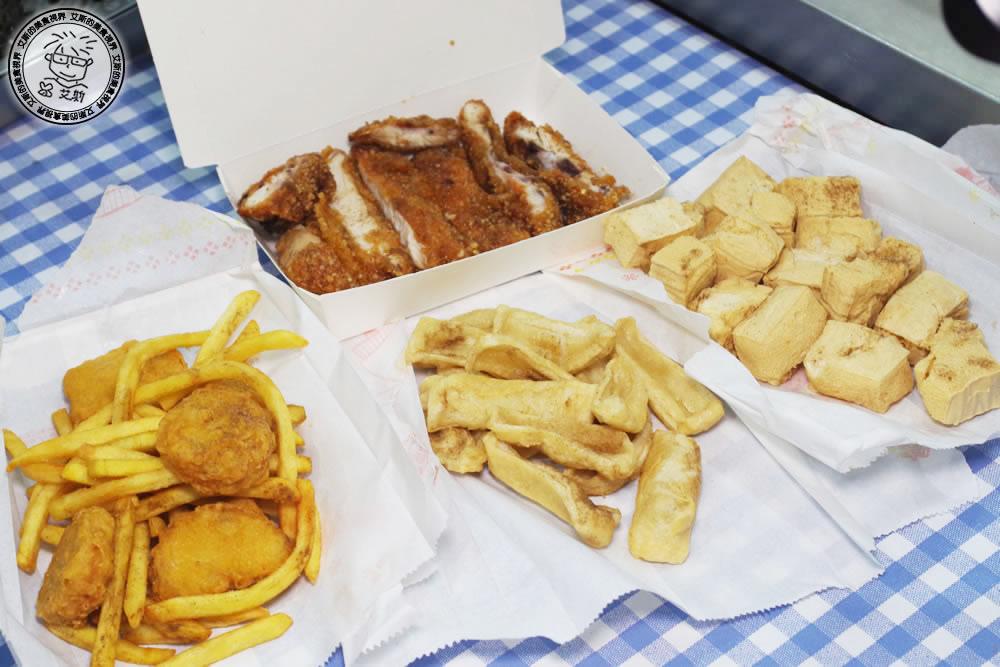 內湖湖光市場附近也可以吃到士林夜市排隊好吃雞排。維縈家鄉碳烤雞排-內湖店