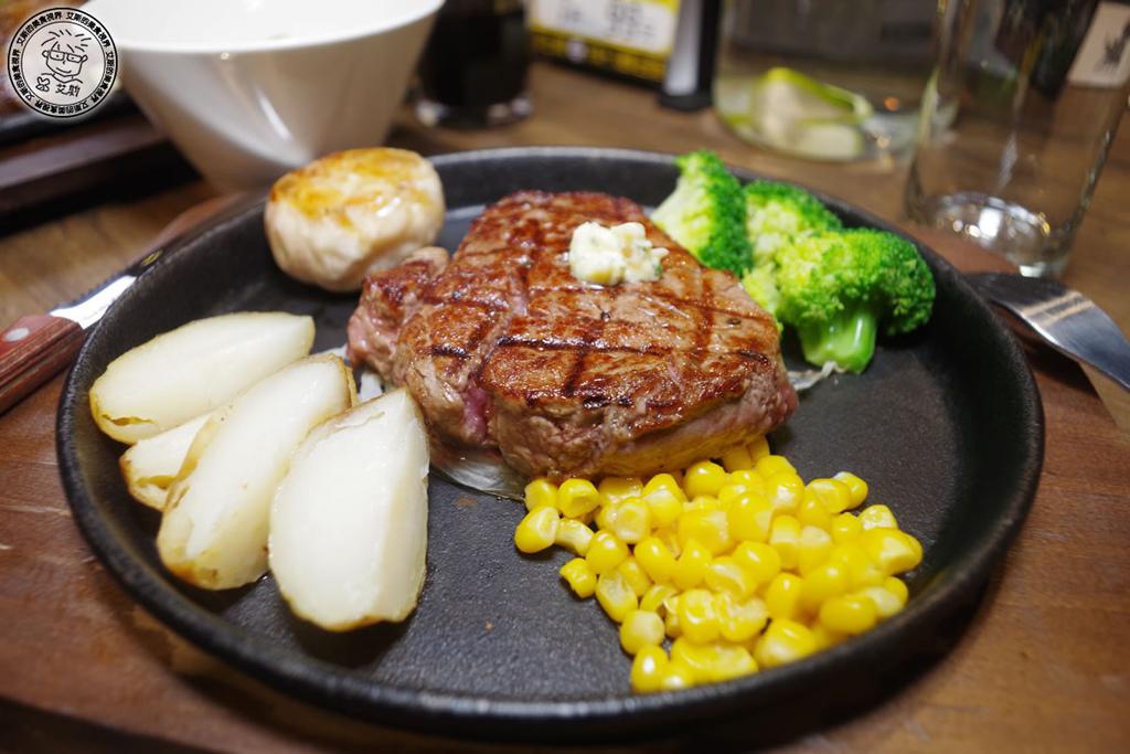 小資族的小確幸.吃高檔的牛排只要百元的花費.立食可以打折.自助回收也可以打折.但牛排品質不打折.ToTsuZen Steak 現切現煎以克計價濕式熟成牛排