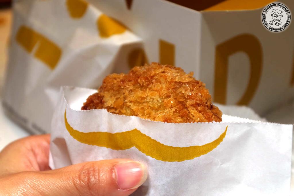 【點心】微風南山美食街最多人排隊的小吃.日本要日幣900元台灣只要台幣50元的炸肉餅.金葉名氣餅 Gold Menchi